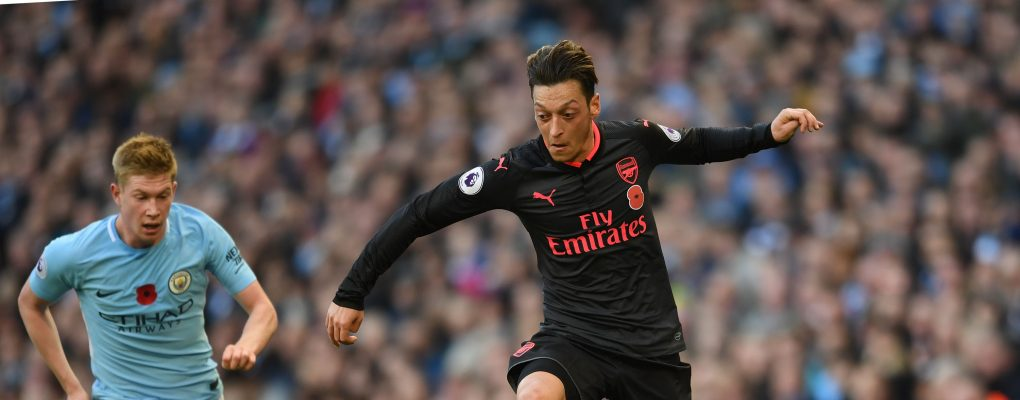 MANCHESTER, ENGLAND - NOVEMBER 05:  Mesut Ozil of Arsenal takes on Kevin De Bruyne of Man City during the Premier League match between Manchester City and Arsenal at Etihad Stadium on November 5, 2017 in Manchester, England.  (Photo by David Price/Arsenal FC via Getty Images) *** Local Caption *** Mesut Ozil; Oezil; Kevin De Bruyne