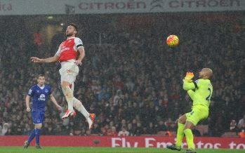 LONDON, ENGLAND - OCTOBER 24: Olivier Giroud heads past Everton keeper Tim Howard to score the 1st Arsenal goal during the Barclays Premier League match between Arsenal and Everton at Emirates Stadium on October 24, 2015 in London, England. (Photo by Stuart MacFarlane/Arsenal FC via Getty Images) *** Local Caption *** Olivier Giroud;Tim Howard